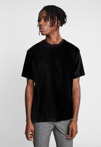 Topman - BURN OUT STRIPE TEE - T-shirt - bas - black - 0
