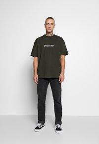 Topman - BERLIN TEE - T-shirt con stampa - khaki - 1