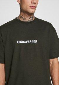 Topman - BERLIN TEE - T-shirt con stampa - khaki - 4
