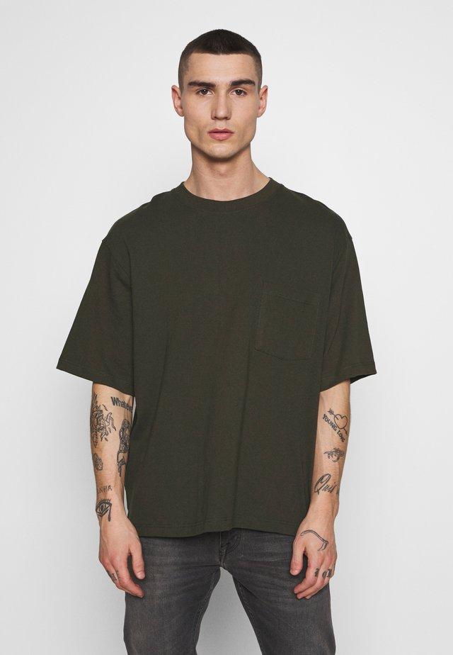 BOXYKHAKIPKT ORGANIC TEE - T-shirt basic - khaki