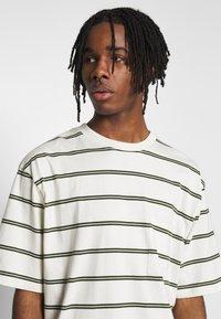 Topman - BOXY - Print T-shirt - off white - 3