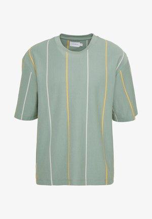 JADETTE BOXY STRIPE - Print T-shirt - green