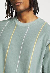 Topman - JADETTE BOXY STRIPE - Print T-shirt - green - 5