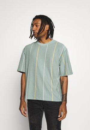 JADETTE BOXY STRIPE - T-shirt print - green