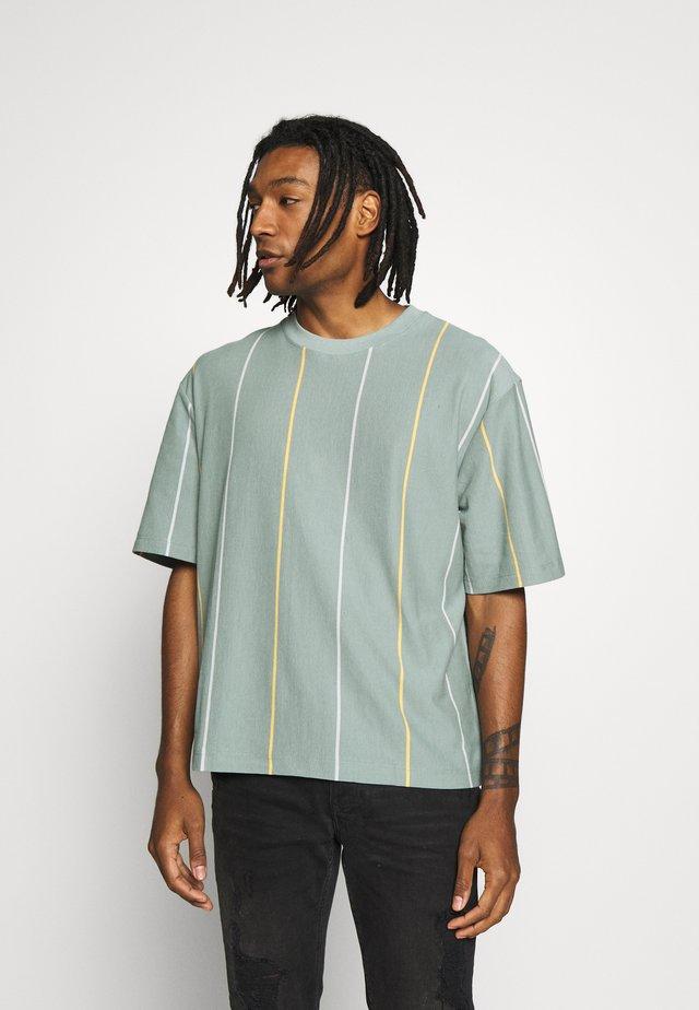JADETTE BOXY STRIPE - T-shirts med print - green
