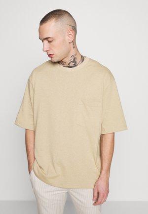 BOXY DESERT TEE - T-shirt basic - stone