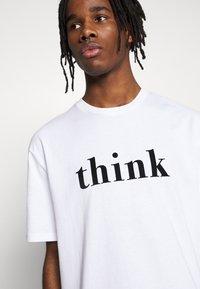 Topman - UNISEX THINK SLOGAN TEE - T-shirt imprimé - white - 4