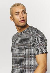 Topman - CHECK TEE - T-shirt con stampa - grey - 3