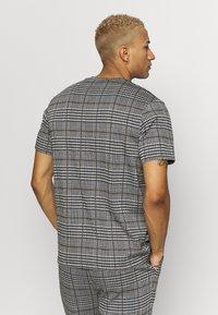 Topman - CHECK TEE - T-shirt con stampa - grey - 2
