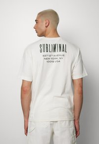 Topman - UNISEX WASHED TEE - T-shirt con stampa - off white - 2
