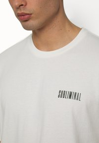 Topman - UNISEX WASHED TEE - T-shirt con stampa - off white - 3