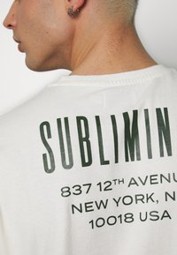 Topman - UNISEX WASHED TEE - T-shirt con stampa - off white - 5