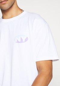 Topman - UNISEX SQUARE TEE - T-shirt imprimé - white - 5