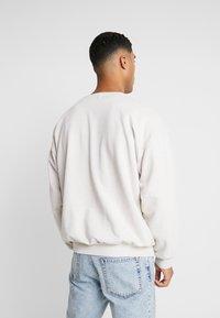 Topman - OSKAPUFF PRINT - Sweatshirt - stone - 2