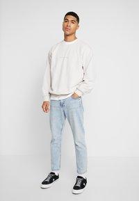Topman - OSKAPUFF PRINT - Sweatshirt - stone - 1