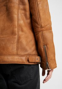 Topman - MALMO BIKER - Giacca in similpelle - brown - 7