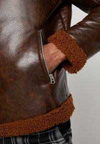 Topman - BIKER SHEARLING - Veste en similicuir - brown - 5