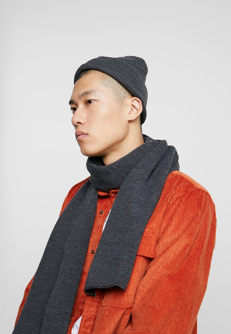 Topman - DUSTIN BEANIE AND BASIC SCARF SET - Bufanda - charcoal