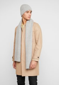 Topman - LAMBSWOOL  BEANIE AND SCARF SET - Bufanda - grey - 0