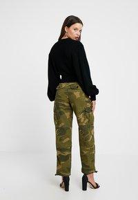 Topshop Petite - FRIDA CUFFED CAMO - Pantalon classique - khaki - 2