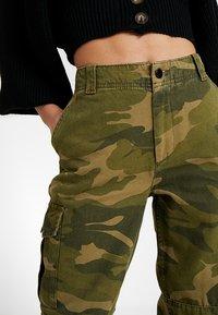 Topshop Petite - FRIDA CUFFED CAMO - Pantalon classique - khaki - 3