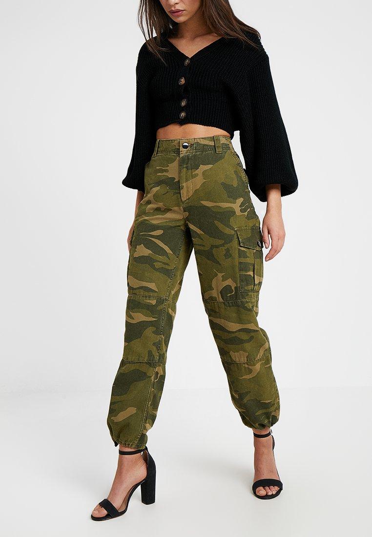 Topshop Petite - FRIDA CUFFED CAMO - Pantalon classique - khaki