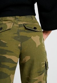 Topshop Petite - FRIDA CUFFED CAMO - Pantalon classique - khaki - 5