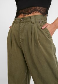 Topshop Petite - CAITLIN UPDATE - Kalhoty - khaki - 6