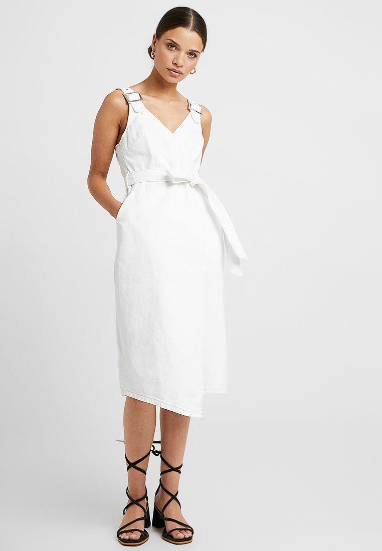 Topshop Petite - MIDI BUCKLE BELTED DRESS - Jeanskleid - white