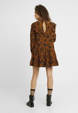 RUFFLE YOLK SHIFT - Robe d'été - brown