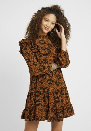 RUFFLE YOLK SHIFT - Vestido informal - brown
