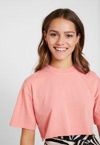 Topshop Petite - WASHED CROP TEE 3 PACK - T-shirt imprimé - white/black/pink - 3