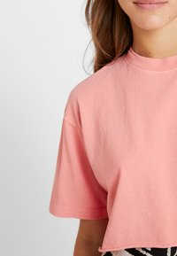 Topshop Petite - WASHED CROP TEE 3 PACK - T-shirt print - white/black/pink - 5