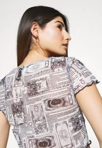 Topshop Petite - ASTRO RUCHED - Print T-shirt - mono - 4