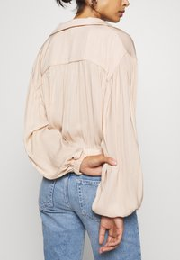 Topshop Petite - TIE FRONT - Camisa - champagne - 3