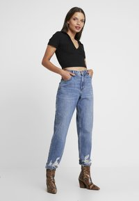 Topshop Petite - MOM    - Džíny Relaxed Fit - blue denim - 1