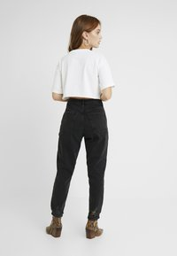 Topshop Petite - MOM - Relaxed fit jeans - black denim - 2