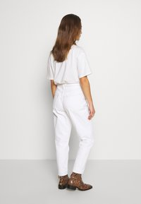Topshop Petite - MOM CLEAN  - Jeans Relaxed Fit - off white - 2