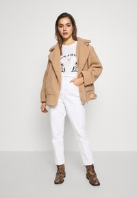 Topshop Petite - MOM CLEAN  - Jeans Relaxed Fit - off white - 1