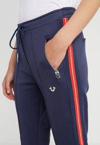 True Religion - PANT STRIPE SOLID  - Spodnie treningowe - navy - 4