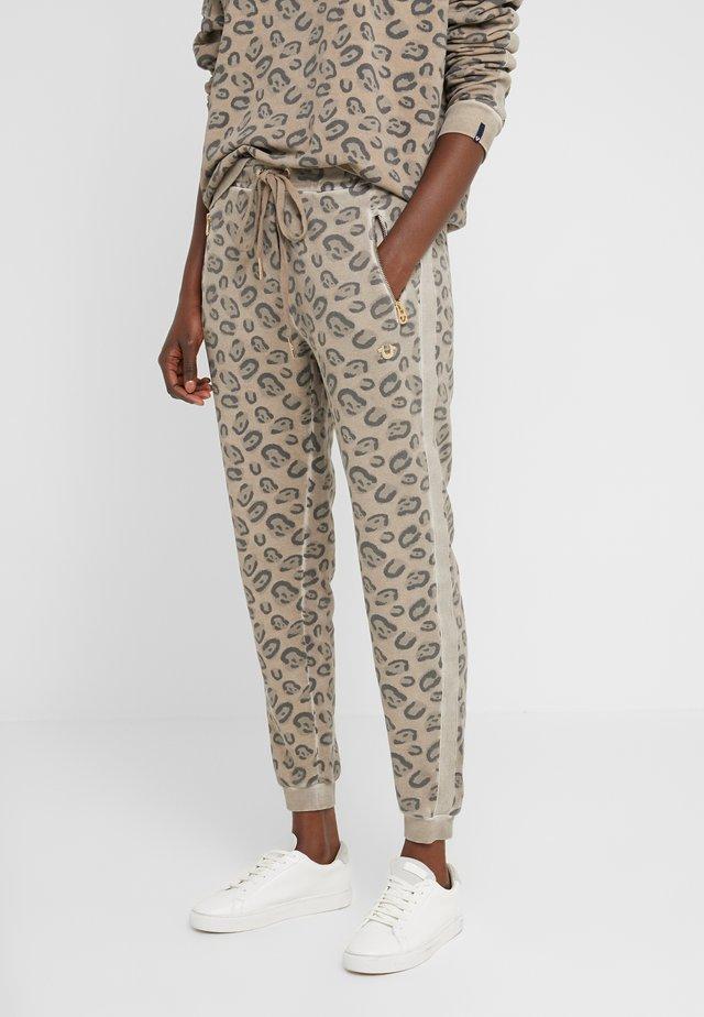 PANTS LEO ALLOVER PRINT - Teplákové kalhoty - beige