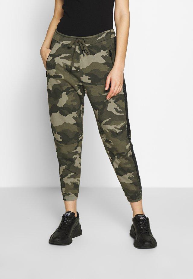 PANT CAMO RHINESTONES - Teplákové kalhoty - oilve