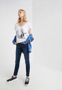 True Religion - LOGO - Print T-shirt - white - 1