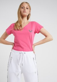 True Religion - NECK REFLECTIVE BERRY - Print T-shirt - pink - 0