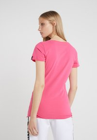 True Religion - NECK REFLECTIVE BERRY - Print T-shirt - pink - 2