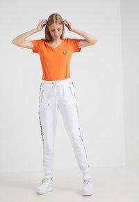 True Religion - NECK REFLECTIVE BERRY - Print T-shirt - orange - 1