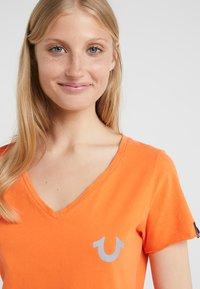 True Religion - NECK REFLECTIVE BERRY - Print T-shirt - orange - 3