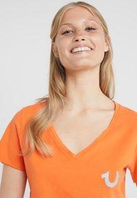 True Religion - NECK REFLECTIVE BERRY - Print T-shirt - orange - 4
