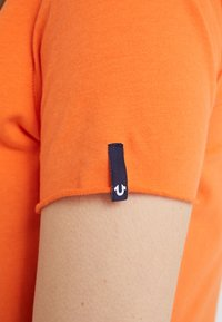 True Religion - NECK REFLECTIVE BERRY - Print T-shirt - orange - 6