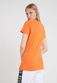 True Religion - NECK REFLECTIVE BERRY - Print T-shirt - orange - 2